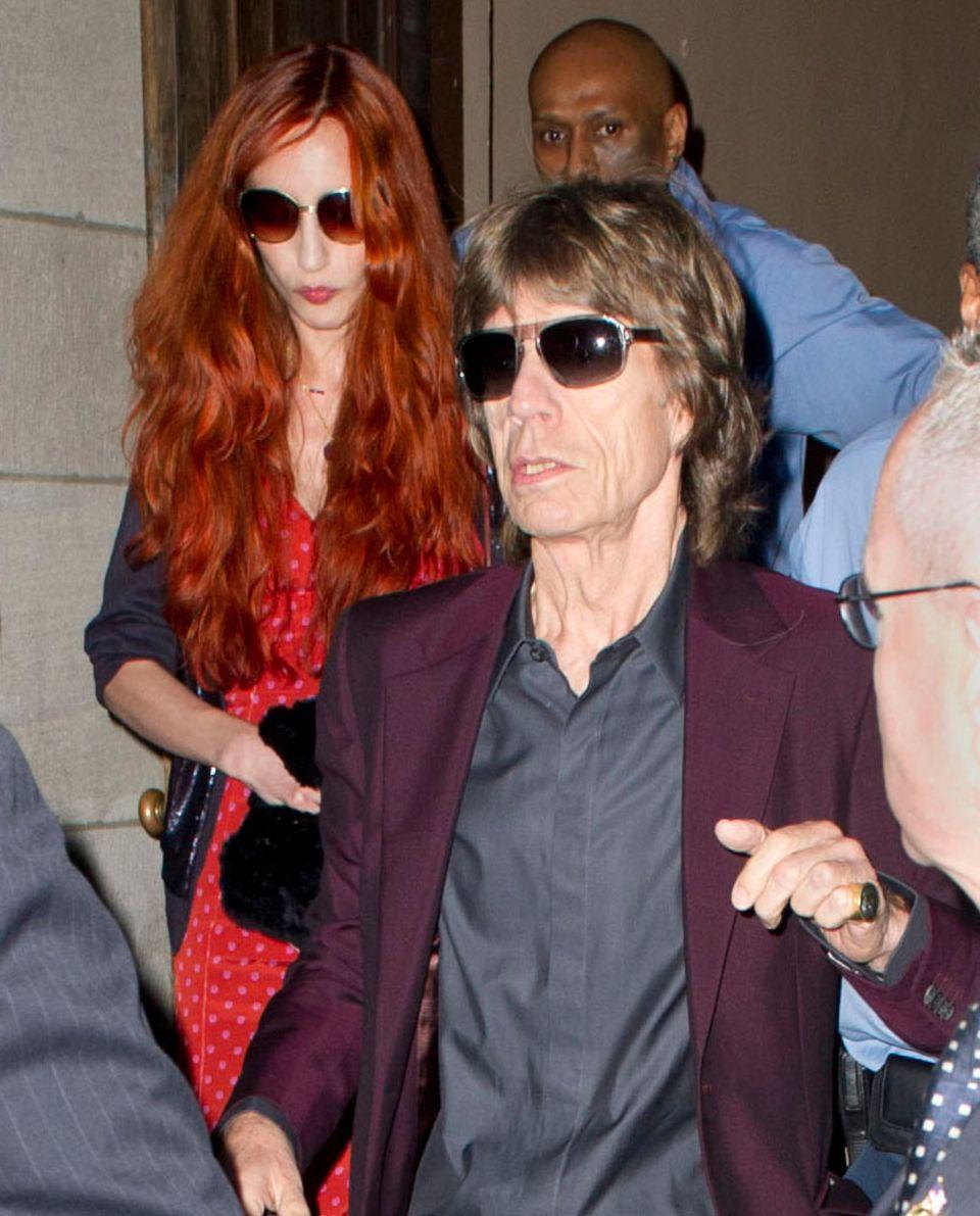 Mick Jagger, gefolgt von seiner Tochter Elizabeth Jagger