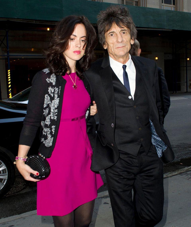 Ron Wood unterstützt seinen Bandkollegen Mick Jagger. Der Musiker hat seine Frau, die Theaterproduzentin Sally Humphreys, mitgebracht.