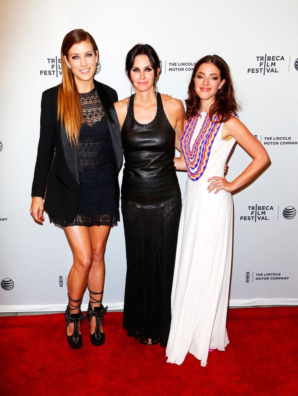 """Bei der Erstaufführung des Films """"Just Before I Go"""" posieren Courteney Cox, die Regie geführt hat, und ihre Darstellerinnen Kate Walsh und Olivia Thirlby auf dem roten Teppich."""