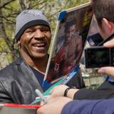 Mike Tyson gibt gut gelaunt Autogramme.