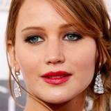 Ein sattes Kirschrot auf den Lippen und champagnerfarbener Lidschatten sehen zu Jennifer Lawrences rötlich-braunen Haaren einfach klasse aus.