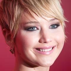 Eine sehr moderne und leichte Umsetzung von Smokey-Eyes beweist Jennifer bei diesem Look. Statt dunkler Nuancen trägt sie bronzefarbenen Lidschatten auf und kombiniert diesen mit rosa Lippenstift.