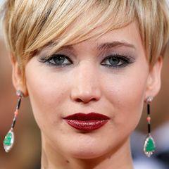 Einen modernen und sehr eleganten Vamp-Look kreiert Jennifer durch tiefroten Lippenstift und viel schwarzen Kajal, der ihre Augen komplett umrahmt.