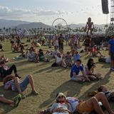 Stars und Fans entspannen sich auf dem Festivalgelände.