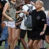 Kendall Jenner schaut, wie Willow Smith zur Musik tanzt.