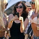 """""""Charmed""""-Darstellerin Rose McGowan macht mit ihrer Handykamera Fotos von sich und ihren Freundinnen."""