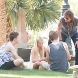 Richie Sambora schaut noch mal schnell, was seine Tochter so macht, bevor er zu den Musikbühnen geht.