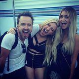 Aaron Paul mit seiner Frau Lauren und Sängerin Ellie Goulding