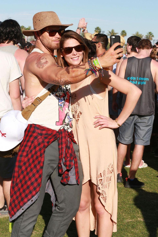 """Die """"Twilight""""-Co-Stars Kellan Lutz und Ashley Greene posieren für ein Selfie."""