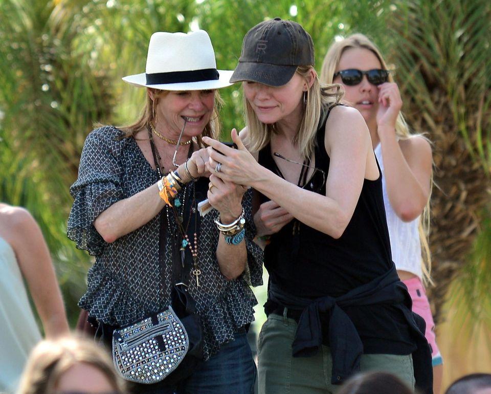 Michelle Pfeiffer und Kate Capshaw, die Frau von Steven Spielberg, schauen, was das Line-up so hergibt.