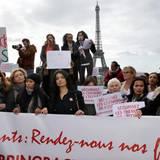 Carla Bruni-Sarkozy und Valerie Trierweiler demonstrieren in Paris.