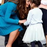 """Auch von diesem fünfjährigen Mädchen namens Mataawhio Matahaere Vieint wird Herzogin Catherine mit dem """"Hongi"""" begrüßt."""