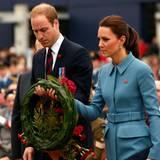 Tag 4  Prinz William und Herzogin Catherine legen an der Kriegsgedenkstätte am Seymour Square in Blenheim einen Kranz nieder.
