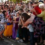 Einige Australierinnen bringen wirklich vollen Einsatz, um ein Foto von ihrem royalen Gast zu schießen.