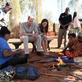 Im Uluru-Kata Tjuta National Park treffen William und Kate Einheimische.