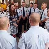 Herzogin Catherine ist umringt von Feuerwehleuten aus der Region Winmalee.