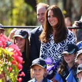MIt kleinen Pfadfinderinnen posieren William und Catherine für ein Erinnerungsfoto.