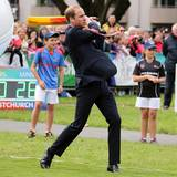 Der Prinz hat auf dem Cricketfeld zum Schläger gegriffen - und den Ball getroffen. Und das alles im Anzug.
