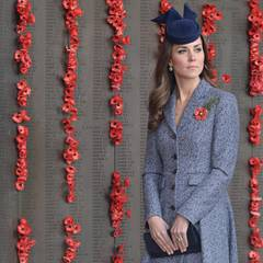 Anschließend hält Herzogin Catherine einen Moment inne.