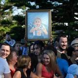 Ein Fan hat Prinz George, der an diesem Tag nicht mit unterwegs ist, in einem Gemälde verewigt. Ob der kleine Prinz schon eine Hose mit Känguru-Enblem besitzt?