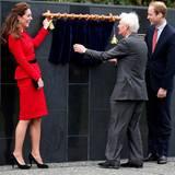 """Herzogin Catherine und Prinz William enthüllen eine Gedenktafel an der """"Memorial Wall"""" (""""Erinnerungsmauer""""), die als Teil des Air-Force-Museums an die Gefallenen der """"Royal New Zealand Air Force"""" erinnert."""