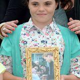 Die mittlerweile 9-jährige Tallulah Debinette schenkt Prinz William ein Bild, auf dem ihr erstes Aufeinandertreffen mit dem Prinzen 2005 zu sehen ist.