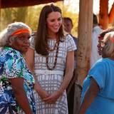 Catherine im Gespräch mit Aborigine Frauen
