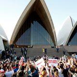 Eine riesige Menschenmenge will einen Blick auf Herzogin Catherine und Prinz William werfen, die auf den Stufen des Opernhauses von Sydney posieren.