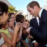 Prinz William scherzt beim Bad in der Menge mit einigen jungen Mädchen, die vor dem Ausstellungszentrum von Brisbane auf ihn gewartet haben.