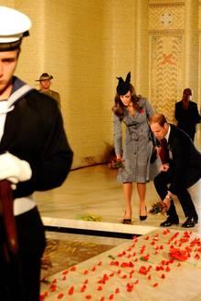 """Auch am """"Grab des Unbekannten Soldaten"""" legen die beiden Blumen nieder."""