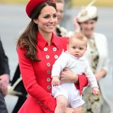Herzogin Catherine trägt den kleinen Prinz George aus dem Flugzeug.