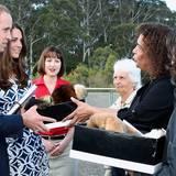 Ungewöhnliches Geschenk für Prinz George: Drei Älteste der Aborigines überreichen Prinz William und seiner Frau einen Mantel aus Opussum-Haut.