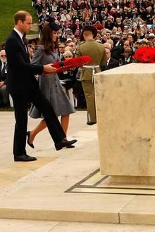 """Tag 19 - Canberra  Das Herzogspaar legt am """"Australian War Memorial"""" in Canberra einen Kranz nieder."""