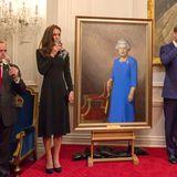 Das Herzogspaar stößt auf die Queen an.
