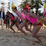 Prinz William gibt den Startschuss für ein Wettsprinten der jungen Rettungsschwimmer.