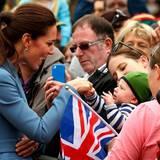 Wenn Prinz George schon nicht dabei sein kann, sucht Herzogin Catherine wenigstens die Nähe der Babys aus dem Volk.