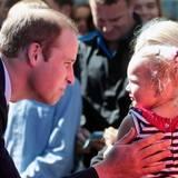 Prinz William begrüßt liebevoll ein kleines Mädchen.