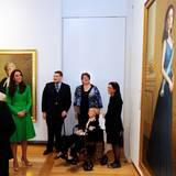 """In der """"National Portrait Gallery"""" betrachten Herzogin Catherine und Prinz William ein Porträt, welches Prinzessin Mary von Dänemark zeigt."""