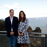 """Prinz William und Ehefrau Catherine posieren für die Fotografen am sogenannten """"Echo Point"""", von dem aus man den Blick auf die Gebirgsformation """"Three Sisters"""" (""""Drei Schwestern"""") genießen kann."""