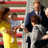Mutter und Sohn haben das Outfit im Flugzeug gewechselt: Catherine trägt sonniges Gelb und ihr Sprössling trägt eine weiße Hose mit kleinen Schiffen drauf.
