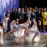 Im Opernhaus erwarten Tänzer der Aborigines das Herzogspaar.
