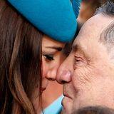 """Herzogin Catherine wird mit dem traditionellen Begrüßungsritual der Maori, dem """"Hongi"""", willkommen geheißen."""