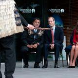 In Christchurch werden die royalen Gäste am Gebäude des Stadtrates empfangen. Kulturreferent Kura Moeahu und Prinz William scheinen sich gut zu unterhalten.