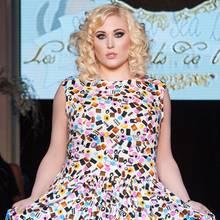 Zum Anbeißen: Hayley im Candy-Print-Dress.