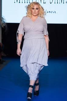 Durch geschicktes Layering streckt dieses leichte Sommerkleid in Blaugrau die Figur optisch. Die Wickeloptik im Brutstbereich sowie der schmal zulaufende Rock akzentuieren Hayley Hasselhoffs Sanduhr-Silhouette.