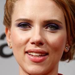 Für ein besonders fesselndes Augen-Make-up trägt Scarlett Johansson lilafarbenen Lidschatten auf und setzt mit einem hellen Goldton Akzente im Inneren ihrer Augenwinkel.