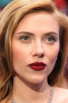 Es ist vor allem immer wieder der Schmollmund, den Scarlett Johansson mit einer auffälligen Farbe betont. Mit einer leichten Schicht Gloss wirkt dieser noch voller und fällt schimmernd in den Fokus ihrer Beauty-Looks.