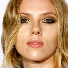 Für ihr Make-up à la Femme Fatale schminkt Scarlett Johansson ihre Augen besonders verrucht. Zu den Smokey Eyes in Schwarz und Gold spitzt sie zusätzlich ihre vollen Lippen, um den verführerischen Look zu unterstreichen.