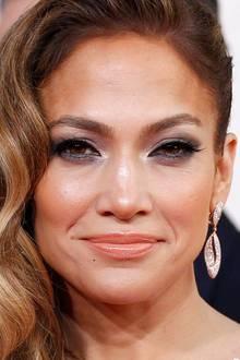Wundervoll mandelförmige Augen erreicht Jennifer Lopez durch unechte Wimpern, die an den äußeren Augenwinkeln länger sind und somit einen tollen Schwung schaffen.