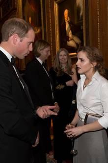 """Gastgeber Prinz William, Emma Watson und Kate Moss unterhalten sich bei der """"Royal Marsden""""-Gala im """"Windsor Castle""""."""